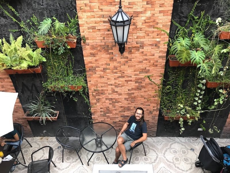 Chris recién duchadito en el patio del hotel la Fleur donde sirven los desayunos
