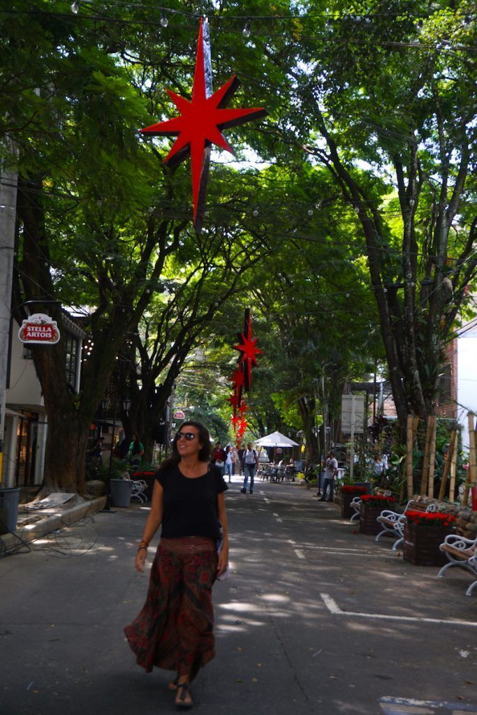 Inês en unas de las calles de Poblado