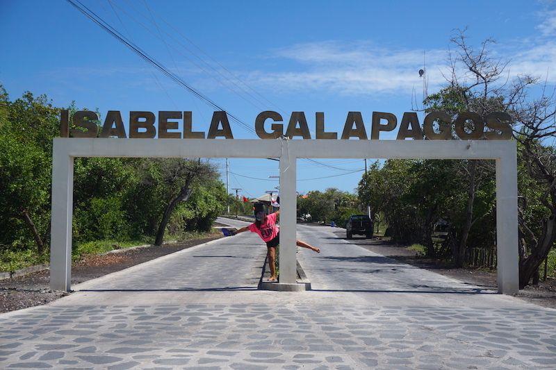 Inês payaseando (es decir, haciendo el payaso) en la única carretera asfaltada de Isabela