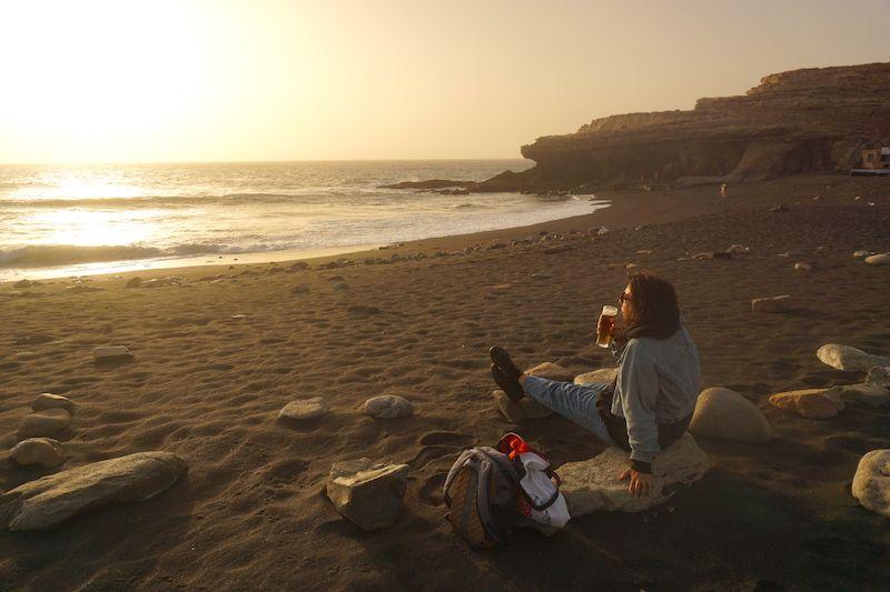 Si el Puesta de Sol está cerrado, siempre puedes comprar una cerveza y tomarla en la playa