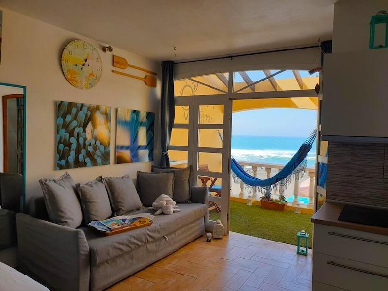Tortuga House en Ajuy: un apartamento con cocina, terraza y vistas al mar. Foto de Booking