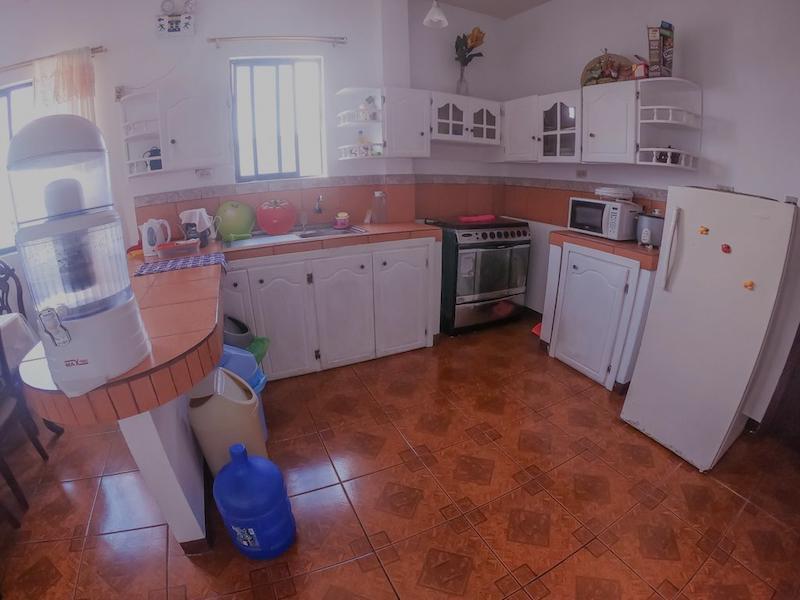Cocina del apartamento en el Hostal Tintorera, con agua filtrada incluida. Foto de Booking.