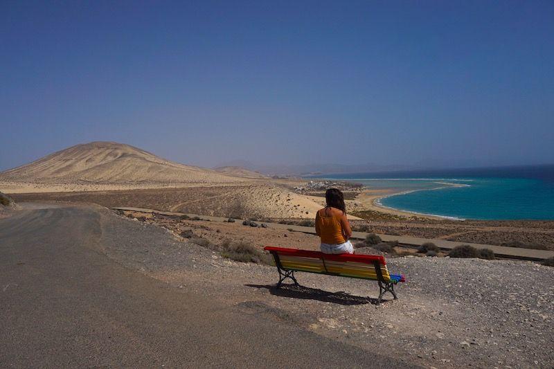 Si el colorido banco del mirador del Salmo no es el banco con las mejores vistas de Fuerteventura, no sabemos cual será...