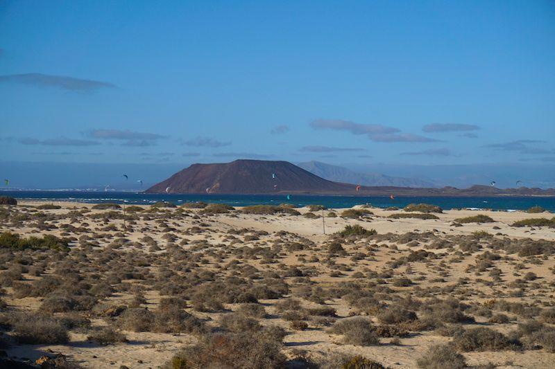 En las grandes playas de Corralejo encontrarás el cielo salpicado de cometas y kitesurfers