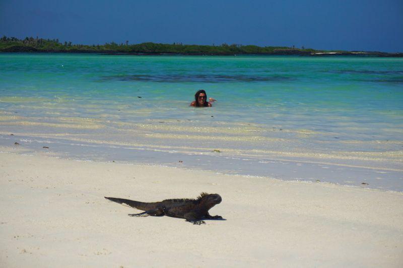 Inês en el agua y una agua secándose al sol, en Playa Escondida (incluida en el tour Santa Fe, Santa Cruz)