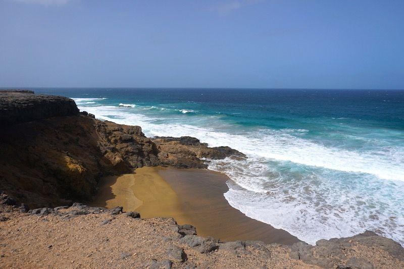 Playa de Tebeto (o una playa del litoral alentejano si no fuera por el color tan oscuro de la arena)