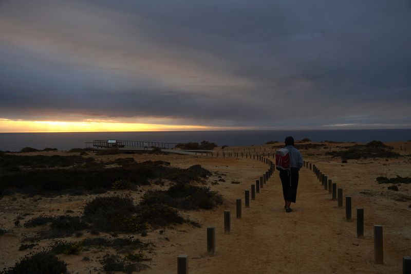 Caminando hacia el mirador de Cabo Sardão para disfrutar de la puesta de sol en el acantilado. Pero la verdad es que la puesta de sol fue más bien nula, las nubes ganaron...
