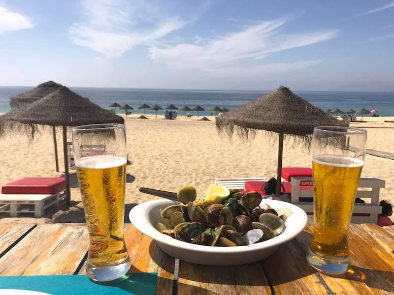 Amêijoas à bulhão pato y dos imperiais en el restaurante Dinis dos Pescadores, en plena playa de Carvalhal