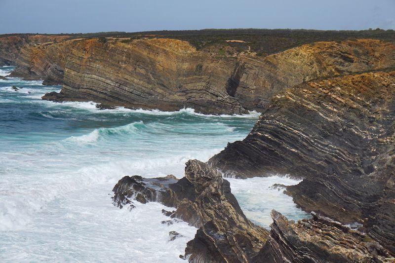 Formaciones rocosas y el mar bravo cerca de Playa de Tonel