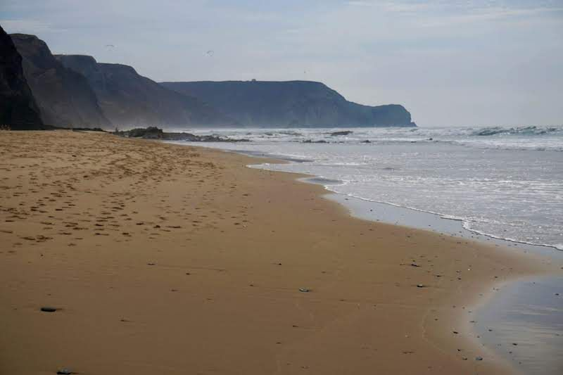 Intenta ir a la playa de Barriga en marea baja para llegar caminando hasta la bella playa de Castelejo
